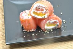 Smoked Salmon Rolls with Cream Cheese and Mango, for Mondays! Salmon Recipes, Seafood Recipes, Appetizer Recipes, Cooking Recipes, Salmon Roll, Xmas Dinner, Yummy Food, Tasty, Appetisers