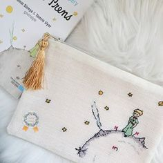 Küçük Prens Etamin Clutch 👑 Mutlu Haftalar #crossstitch #xstitch #crossstitcher #embroidery #nişanpanosu #doğumpanosu #kanaviçe #etamin #etaminpano #kanaviçepano #likeforlike #likeforfollow #giresun #hobi #handmade #hamdmadewithlove #turkishcoffee #kanaviçetablo #elemeği #küçükprens #lepetitprince #küçükprensclutch #clutch #clutchbag #10marifet Coin Purse, Cushions, Wallet, Photo And Video, Handmade, Bags, Instagram, Ideas, Punto De Cruz