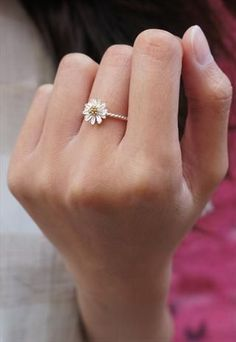 I love the simplicity of this daisy ring. I like how the band of the ring is twisted.