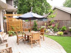 ideen kleinen-garten outdoor sonnenschirm gartenmoebel wasserfall