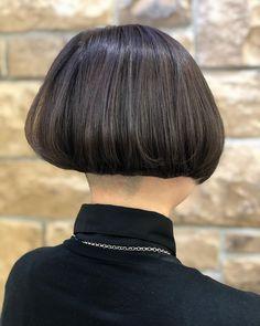 Yuichi ShimizuさんはInstagramを利用しています:「✂︎ダークグレージュ×刈り上げ女子 ✂︎ #吉祥寺 #ZEST #YUICHI #アレンジ #インナーカラー #グラデーションカラー #ピンク #color #염색 #ボブ #グレー #グレージュ #ダークグレー #ダブルカラー #きのこちゃん #外国人風カラー #マッシュ…」 Shaved Bob, Shaved Nape, Short Bob Hairstyles, Cool Hairstyles, Bob Haircuts, Short Hair Cuts, Short Hair Styles, One Length Bobs, Edgy Bob