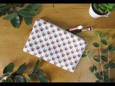 Ce tutoriel va vous apprendre à coudre une pochette avec une doublure. Vous apprendrez également à monter une fermeture à glissière. Diy Couture, Small Handbags, Easy Sewing Projects, Needlework, Embroidery, Crochet, Blog, Crafts, Coupons