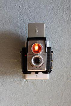 見ているだけで胸が躍りそうになる、デザイン性に優れたビンテージカメラの数々。これらはすべて、カメラであってカメラではありません。  どういうことかって? 実はこ …