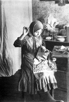 Девочка вышивает платок. Владимирская губерния, 1914 год.