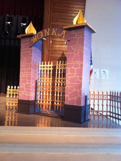 Wonka gate Willy Wonka Halloween, Halloween 2019, Halloween Party Decor, Set Design, Book Design, Willy Wanka, Walk For Life, Wonka Chocolate Factory, Stage Props