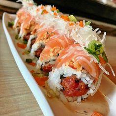 Fully Loaded w/Spicy Tuna Crab & Salmon My Sushi, Sushi Love, Salmon Sushi, Salmon Food, Sushi Roll Recipes, Onigirazu, Asian Recipes, Healthy Recipes, Sushi Party