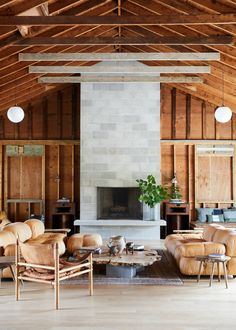 What to buy (the decor, dishes, and furniture) to make your apartment look like Tourists hotel in the Berkshires. Mario Bellini, Modern Lodge, Room Diffuser, Soho House, Lounge Areas, Cheap Home Decor, Home Remodeling, Living Rooms, Living Spaces