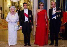 Así lució la primera dama, Angélica Rivera en la cena de gala con la reina Isabel II. Más fotos en www.mx.hola.com