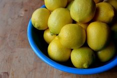 Το πρόβλημά μου φέτος είναι πώς να τα διατηρήσω τα πολλά μας λεμόνια για μήνες, κατά χρήσιμο και νόστιμο τρόπο. Χρησιμοποιούμε πολύ λεμόνι στο φαγητό μας, φτιάχνουμε κάθε χρόνο και σιρόπι λεμόνι που διατηρείται στο ψυγείο και φτιάχνει λεμονάδα της στιγμής. Αλλά πόσο, δα, να κάνεις; Άντε και αρκετά παραπάνω μπουκάλια λιμοντσέλο για να δίνουμε και δώρο... Lemon Marmalade, Lemon Lime, Bon Appetit, Citrus Fruits, Cooking, Sauces, Dressing, Posts