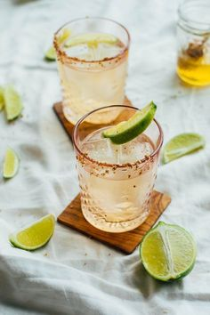 cocktails Meet the Honey & Smoke - a mezcal cocktail recipe with just 4 ingredients. All you need is honey, mezcal, ginger, beer, and limes! Mezcal Cocktails, Smoked Cocktails, Beste Cocktails, Easy Cocktails, Craft Cocktails, Summer Cocktails, Cocktail Drinks, Fun Drinks, Yummy Drinks