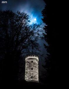 Sparrenburg Castle | Fullmoon in Bielefeld Ostwestfalen NRW Deutschland Photography about the city of Bielefeld, at the Teutoburger Forest in Ostwestfalen, Germany. Fotografie | Stadt Bielefeld | Ostwestfalen | Deutschland | Sparrenburg | Burg | Castle | Sightseeing | Fullmoon | Moon | Night | Dark http://tripfabrik.de/bielefeld http://tripfabrik.de/flug-bielefeld #bielefeld #deutschland #germany #ostwestfalen #teuto #tripfabrik #fotos #sparrenburg #fullmoon #moon #castle #sightseeing #si