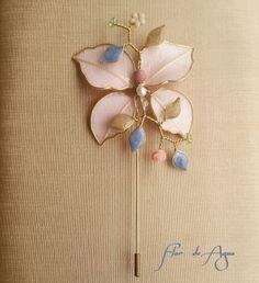 Aguja mariposa con hojas naturales y resina...