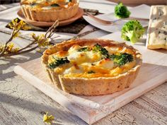 Киш с броколи и сирене Greek Menu, Queens Food, Quiche, Camembert Cheese, Diet Recipes, Main Dishes, Appetizers, Bread, Cooking