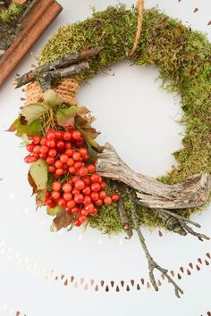 DIY moss garland do it yourself with snowball and sisal woodland moss berries. NOT … - Xmas Christmas Design, Christmas Projects, Christmas Wreaths, Xmas, Sisal, Wreaths And Garlands, Welcome Fall, Deco Floral, Summer Wreath