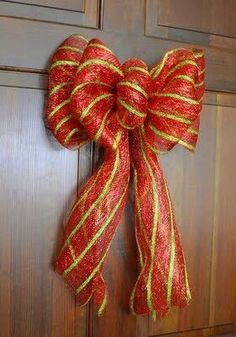 Party Ideas by Mardi Gras Outlet: Making a Bow with Deco Mesh Creating a beautiful and professional-looking bow for the holidays or special occasions is much easier and faster than you think, all. Ribbon Crafts, Ribbon Bows, Diy Crafts, Ribbons, Pew Bows, Diy Ribbon, Ribbon Hair, Hair Bows, Deco Mesh Bows