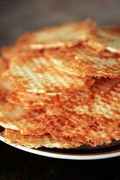 Krõbedate juustuvahvlite juurde võib pakkuda ka mõnda kergemat dipikastet. Tainale võib lisada ka pitsaürte.