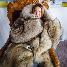 Coyote Fur Coat, Fox Fur, Winter Jackets Women, Coats For Women, Middle Eastern Fashion, Mod Fashion, Sporty Fashion, Fashion Models, Parka Style