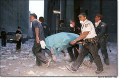 The horrific task of removing bodies of innocent victims. We Will Never Forget, Lest We Forget, World Trade Center, 11 September 2001, Wtc 9 11, Bodies, Che Guevara, Historia Universal, Flatiron Building