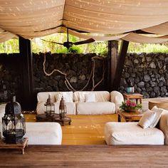 Un salon sur une terrase ouverte sur la nature