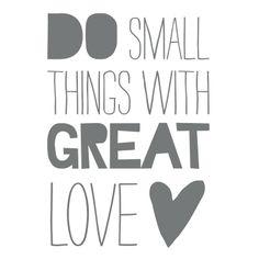 Muursticker `Do Small Things With Great Love`.  Vinyl sticker, in gesneden tekst. Plakt op een gladde ondergrond.    Kleur: Muisgrijs  Formaat: 50 x 70 cm  EUR 42,-