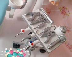 mini-consultorio-dentista-topo-de-bolo Biscuit, Toothbrush Holder, Mini, Fiestas, Crackers, Biscuits, Sponge Cake, Cake, Cookies