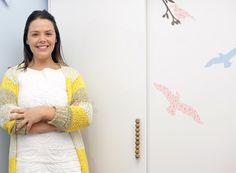 Com moldes de bichos e tecido adesivo a designer Juliana Daidone ensina um passo a passo simples para transformar o seu móvel baratinho. Trocar os puxadores também muda tudo. Assista!