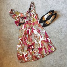 Adorable Forever 21 Floral Tie Dress In perfect condition, this grey and red floral dress from Forever 21 is the ideal dress for sprint!   With a tie in the back, pair with simple shoes for a great stylish look   ✨92% Polyester||8% Spandex✨   NO TRADES!   ❗️But feel free to make an offer! ❗️ Forever 21 Dresses Mini