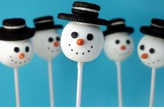 Snowman Oreo cake pops from Bakerella YUM! Christmas Cake Pops, Christmas Snacks, Christmas Goodies, Holiday Treats, Christmas Fun, Holiday Fun, Christmas Recipes, Christmas Popcorn, Holiday Cakes