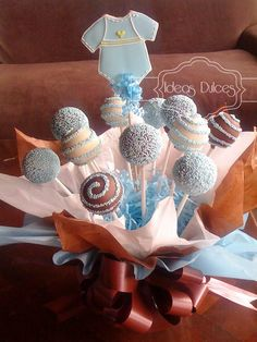Arreglo Cake Pops y Galleta decorada para Baby Shower