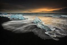 Breiðamerkursandur, Austurland, Island, 15.11.13 https://www.facebook.com/DP.Photography.Images Mit diesem Bild vom Breiðamerkursandur möchte ich meine aktuelle Islandserie fortsetzen. Im Zuge meiner letzter Tour war es mir vergönnt, 4 Tage in Ostisland verbingen zu können, speziell die Gegend um den Jökulsárlón wurde hierbei in den Vordergrund gestellt. So war es mir auch möglich, an mehreren Tagen am Breiðamerkursandur, dem Strand gegenüber dem Jökulsárlón, zu fotografieren, um…