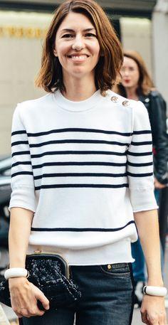 """En mixant pull marin et minaudière irisée vintage, Sofia Coppola nous prouve qu'il suffit parfois d'un accessoire chic pour """"décasualiser"""" une tenue."""
