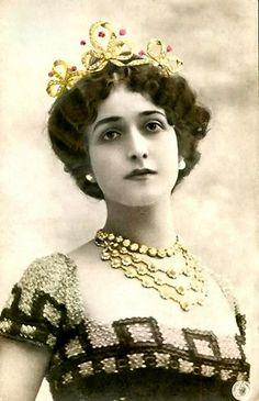 Natalina dit Lina Cavalieri est une soprano italienne, née le 25 décembre 1874 à Viterbe et morte le 8 février 1944 à Fiesole. Mariée 4 fois, ellle aurait reçu plus de 840 demandes en mariage !...