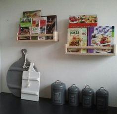 Ikea kruidenrekjes nu in gebruik voor kookboeken. Door alinetjep