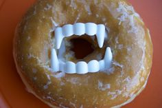 No Effort Halloween Treat: Put fake vampire teeth in glazed donuts for a spooky surprise. You could fill the donut hole with all kinds of Halloween treats! Holidays Halloween, Halloween Kids, Halloween Treats, Happy Halloween, Halloween Decorations, Halloween Party, Halloween Donuts, Halloween Breakfast, Spooky Treats
