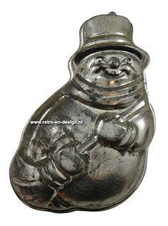 Brocante oude metalen bakvorm 'Sneeuwpop'  Oude Brocante bakvorm of bakblik met ophangring in de vorm van een Sneeuwpop. Gemaakt van licht metaal. Door zijn ouderdom heeft deze bakvorm een mooie tint gekregen. Erg leuk als brocante decoratie, maar natuurlijk ook nog steeds te gebruiken. In een mooie vintage staat.  Lengte: ca. 32 cm. Breedte: ca. 22 cm. Diepte: ca. 5,5 cm. zie: http://www.retro-en-design.nl/a-42661772/brocante/brocante-oude-metalen-bakvorm-sneeuwpop/