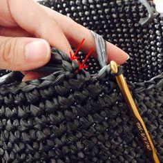 ビニール紐のバッグ、第4弾となりました〜。 今回はこれまでのポップなカラーとは違い、ちょっとシックな黒い平テープで編んでみました。 instagramで予告した通り、このバッグの編み方を公開しますね〜。 使用するものは平テープ一玉、かぎ針7号、8号です。 まずは底を編...
