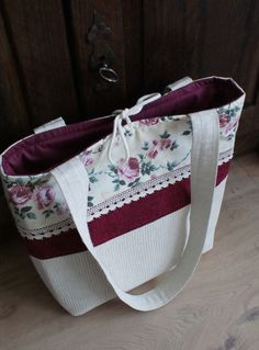basket with roses Fabric Handbags, Fabric Bags, Tote Handbags, Patchwork Bags, Quilted Bag, Crazy Patchwork, Patchwork Patterns, Blue Jean Purses, Potli Bags