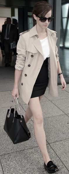 The Dos & Don'ts Of Travel Style Emma Watson at Heathrow Aiport in London. Alex Watson, Lucy Watson, Emma Watson Style, Emma Watson Beautiful, Hermione Granger, Fashion Slides, Travel Style, Travel Fashion, Fashion Gallery