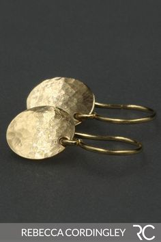 A pair of solid 14k gold drop earrings. These gold earrings feature hammered discs that measure 8.9mm in diameter and hang from solid 14k gold ear wires. These dangle earrings are available in our #Etsy store and on our website. | Rebecca Cordingley #etsyfinds #etsygifts #goldearrings #earringshandmade #dangleearrings #dropearrings #14kgold