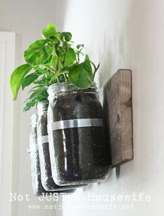 stukje steigerhout-jampotjes-beugeltjes om vast te maken-je eigen kruidentuintje aan de muur
