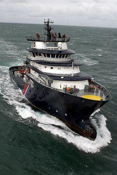 Le remorqueur de haute mer ''Abeille Bourbon'' - Photo PM Tonard, Marine nationale.                                                                                                                                                                                 Plus