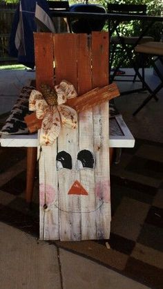 Pallet snowman I would paint his hat black and sand it off a little Snowman Crafts, Halloween Crafts, Holiday Crafts, Halloween Decorations, Christmas Decorations, Holiday Decor, Pallet Crafts, Pallet Art, Wooden Crafts