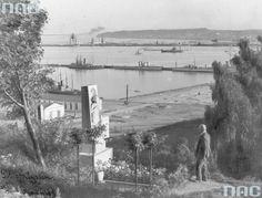 """Port morski w Gdyni. Rok 1936 23 września 1922 roku Sejm uchwalił ustawę """"o budowie portu przy Gdyni na Pomorzu jako portu użyteczności publicznej"""". Rok później do gdyńskiego portu wpłynął pierwszy pełnomorski statek s/s """"Kentucky"""" oraz nastąpiło otwarcie tymczasowego portu wojennego i przystani dla rybaków. Danzig, Kentucky, Artwork, Travel, Painting, Tin Cans, Work Of Art, Viajes, Auguste Rodin Artwork"""