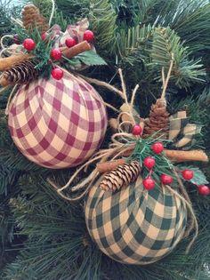 Navidad adornos - Set de 2 - casero adornos tela de Navidad - hecho a mano y diseño en tela - verde y rojo - decoración con pinos pequeños conos, palitos de canela y frutos rojos.  Maravillosa para una decoración vintage, clásico de la Navidad... Guirnalda, guirnalda, escalera, chimenea, puntales, papel de regalo y más...  La medición de estos ornamentos de tela redonda de Navidad es:  4 pulgadas de diámetro (redonda)  Visita mi tienda para más variedad... ¡ Disfrute!  craftsbybeba.etsy.com…