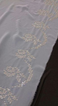 Tel kırma namaz örtü Handicraft, Hand Embroidery, Diy And Crafts, Fashion Dresses, Design, Angles, Cross Stitch, Dots, Embroidery