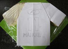 How To T-shirt taart 3D/voetbalshirt 3D (Pagina 1) - Sjablonen, Patronen & Howto's - DeLeuksteTaarten.nl Forum Soccer Cake, Soccer Party, Football Birthday Cake, Graduation Desserts, Shirt Cake, Cake Tutorial, Football Shirts, Cake Ideas, Paris Saint