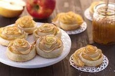 Le roselline di sfoglia e mele sono un dolce ideale per la festa della mamma: deliziosi petali di mele con una base di pasta sfoglia.