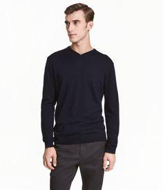 Mörkblå. PREMIUM QUALITY. En finstickad tröja i merinoull. Tröjan är v-ringad och har ribbstickad mudd kring halsringning, vid ärmslut och i nederkant.