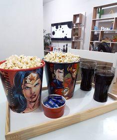 """4,400 curtidas, 61 comentários - Por: °●°Anna Alice°●° (@mundinho_encantado_da_anninha) no Instagram: """"Vamos de pipoca e filminho por aqui!😍❤💕 Hoje passamos uma boa parte do dia fora,chegamos a noite…"""" Movie Night Snacks, Food Film, Romantic Room, Cute Cups, Deco Table, Plates And Bowls, Alice, Anna, Junk Food"""