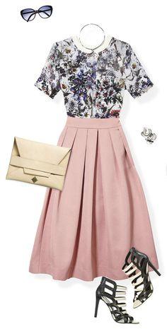 Usa blusa de print de flores se ve increíble con una falda. Úsala fajada para crear una silueta de reloj de arena y complementa el look con unas sandalias strappy.